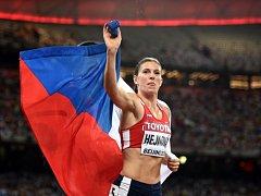 Překážkářka Zuzana Hejnová se raduje v Pekingu z titulu mistryně světa.