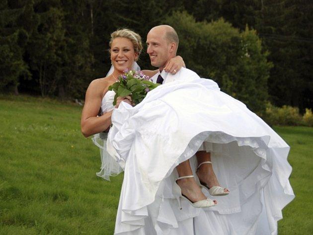 Tyčkařka Jiřina Ptáčníková se na Zadově provdala za překážkáře Petra Svobodu. Dvojici atletů, kteří jsou členy Vittore Teamu, oddal lanškrounský římskokatolický farář Zbigniew Czendlik.