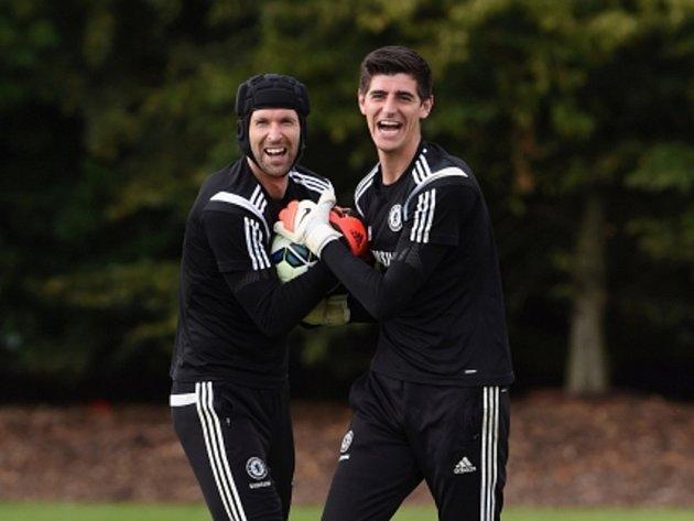 Petr Čech (vlevo) v dobré náladě vedle Thibauta Courtoise, který ho v Chelsea připravil o post brankářské jedničky.