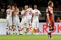 Fotbalisté AS Řím se radují z gólu proti FC Turín.