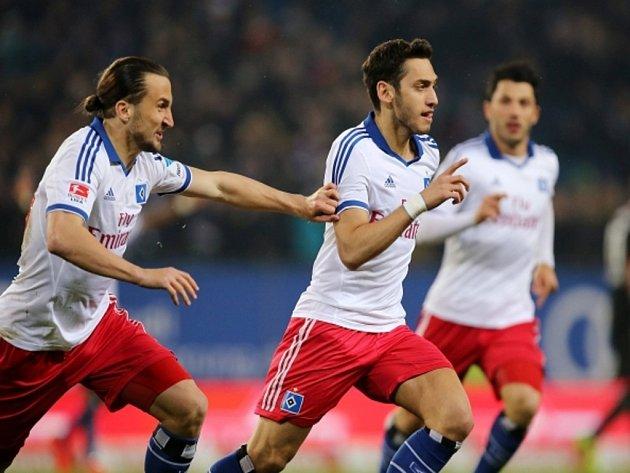 Fotbalisté Hamburku Hakan Calhanoglu (vpravo) a Petr Jiráček se radují z gólu proti Leverkusenu.