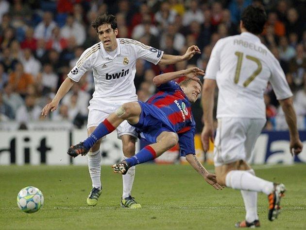 Kaká z Realu Madrid (vlevo) a Pontus Wernbloom z CSKA Moskva.