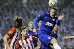 Wayne Rooney z Manchesteru United (vpravo) a Jon Aurtenetxe z Bilbaa.