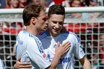Fotbalisté Schalke Benedikt Höwedes (vlevo) a Julian Draxler se radují z gólu proti Freiburgu.