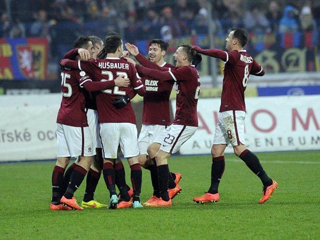 Fotbalisté Sparty se radují z gólu proti Jihlavě.