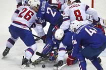 Hokejisté Francie (v modrém) se snaží protlačit puk do brány přes obránce Norska.