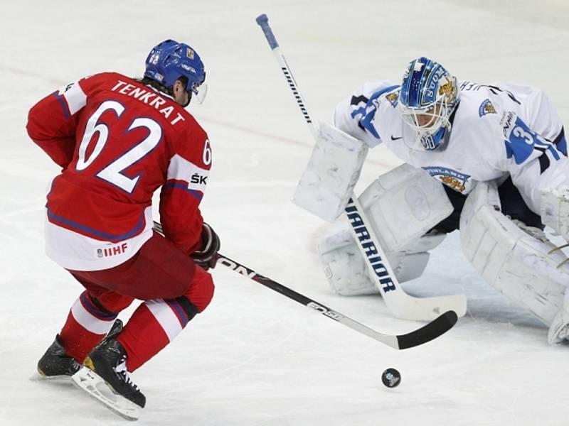 Petr Tenkrát (vlevo) se snaží překonat brankáře Finska Petri Vehanena na mistrovství světa.