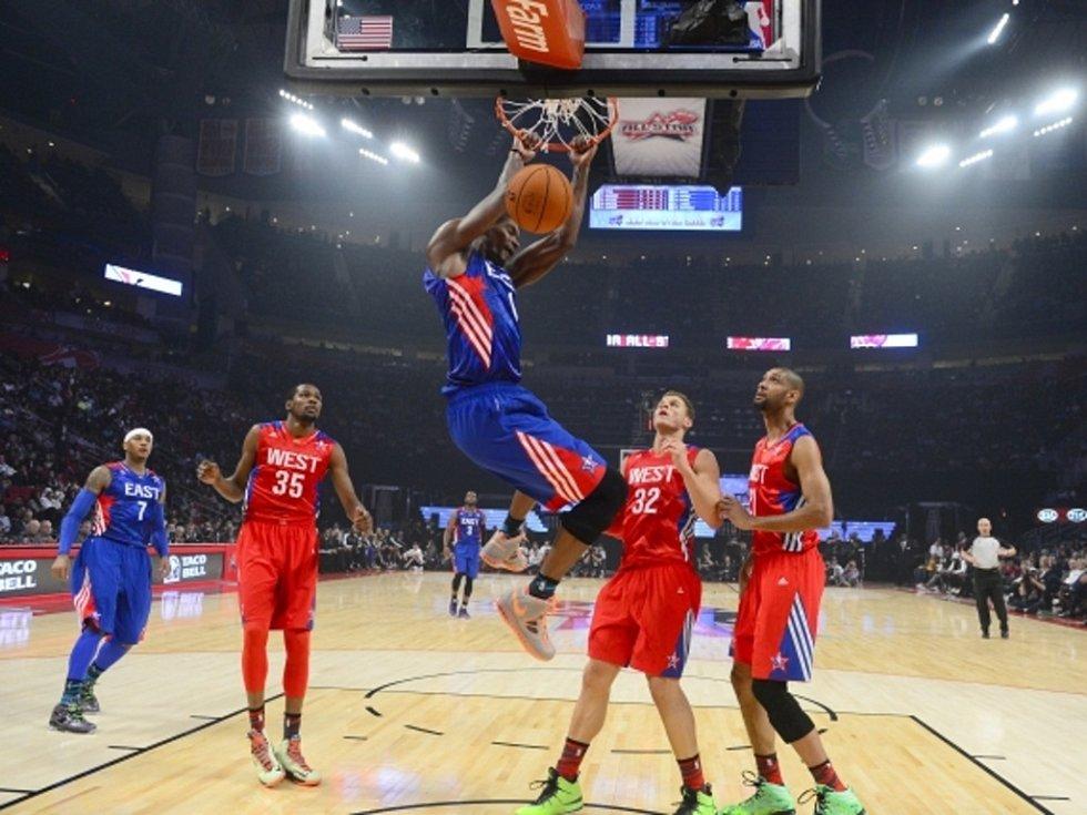 Chris Bosh zakončuje úspěšnou akci v Utkání hvězd NBA.