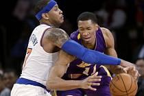 Carmelo Anthony z Knicks (vlevo) a Wesley Johnson z Lakers.