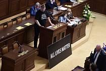 Nezařazený poslanec Lubomír Volný (Jednotní) navrhl 7. července 2020 na schůzi Sněmovny v Praze, aby dolní komora vyslovila souhlas s výrokem prezidenta Miloše Zemana, že heslo amerických protestů Black Lives Matter (Na černošských životech záleží) je ras