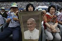 Papeže Františka vítaly davy asijských katolíků.