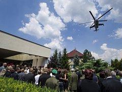 Stovky lidí se rozloučily 18. července v Týništi nad Orlicí s desátníkem Liborem Ligačem, jedním z pěti českých vojáků, které minulý týden zabil sebevražedný atentátník v Afghánistánu.