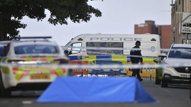 Policejní vozy stojí v centru anglického Birminghamu, kde bylo v noci na 6. září 2020 pobodáno několik lidí