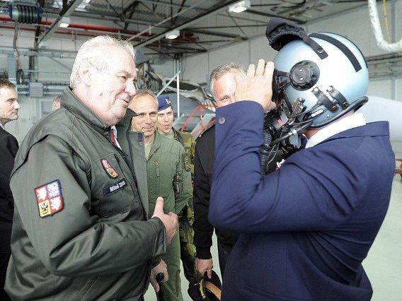 Prezident Miloš Zeman (vlevo) pokračoval 29. dubna v návštěvě Středočeského kraje. Odpoledne navštívil 21. základnu taktického letectva Čáslav. Vpravo je kancléř Vratislav Mynář, který si sedl do kokpitu JAS-39 Gripen.