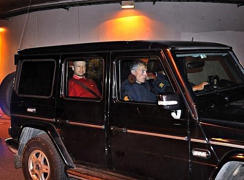 Anders Behring Breivik je eskortován od soudu do věznice