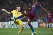Záložník Arsenalu Tomáš Rosický (vlevo) a Eric Abidal z Barcelony.