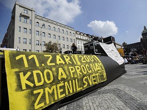 Shromáždění na protest proti údajně nepravdivému informování médií o událostech z 11. září 2001 v USA se konalo na Václavském náměstí v Praze.