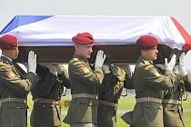 Smuteční ceremoniál doprovázel 5. června odpoledne přílet armádního letounu s ostatky vojáka, který zahynul 31. května v afghánské provincii Vardak.
