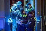 Policie kontroluje dodržování protikoronavirových opatření v restauraci v Hamburku