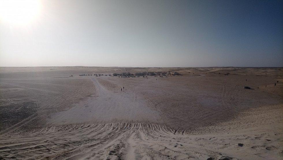Vesmírný přístav Mos Espa na planetě Tatooine uprostřed pouště. Kulisy tady zanechali filmaři, kteří zde natáčeli Hvězdné války.