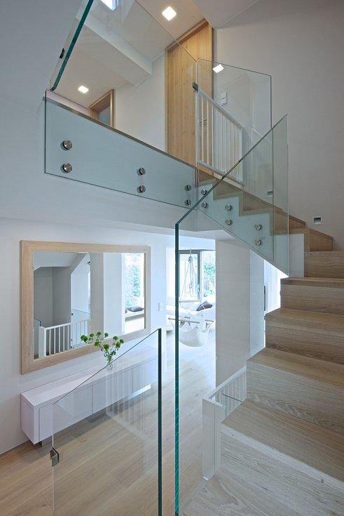 Schodišťové stupně dostaly nové dřevěné obložení a staré smrkové zábradlí nahradilo sklo.