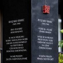 Obelisk věnovaný památce Ryszarda Siwiece před Ústavem pro studium totalitních režimů v Praze, Siwiecově ul.
