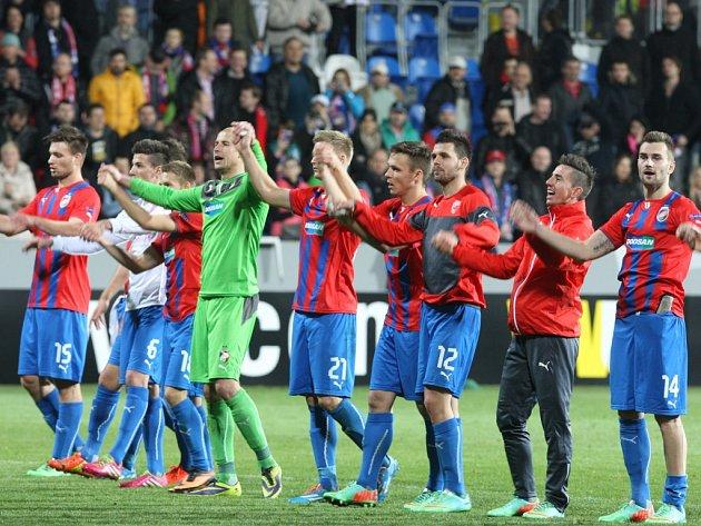Fotbalisté Plzně oslavují výhru nad Lyonem.