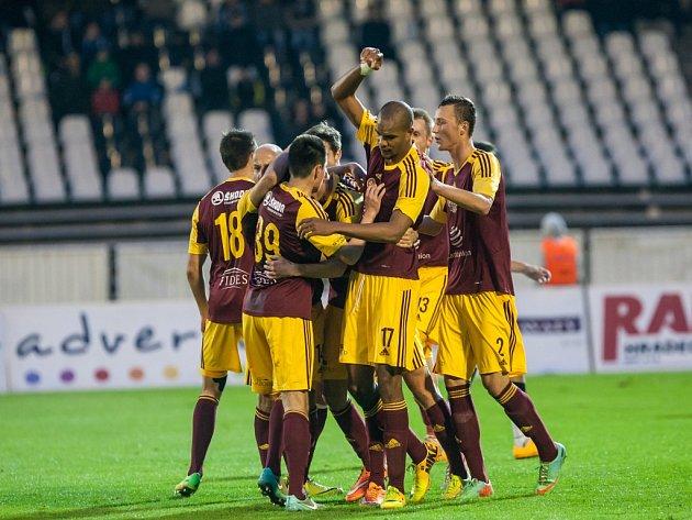 Fotbalisté Dukly Praha se radují z gólu.