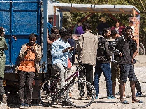 Počet uprchlíků v táboře poblíž přístavu roste navzdory tomu, že se francouzské úřady opakovaně pokoušejí počet obyvatel snížit.