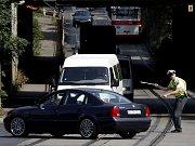 DO PONDĚLÍ POMALEJI. Dobu opravy Lanového mostu se podařilo zkrátit a tak se na tento úsek Jižní spojky mohla auta vrátit už v neděli odpoledne. Do pondělního rána ale musí po mostě projíždět maximálně třicítkou.