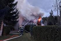 Požár chaty u Lužné u Rakovníka