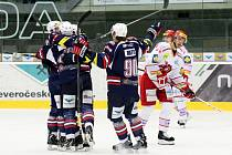 Hokejisté Chomutova se radují z gólu proti Třinci.