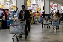 Obyvatelé Kataru začali nakupovat potraviny pro případ delší blokády. Potraviny se do této země stoprocentně dovážejí.