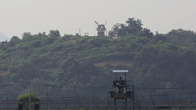 Strážní věže KLDR (v pozadí) a Jižní Koreje (vpředu) na hranici obou zemí na snímku z 16. června 2020