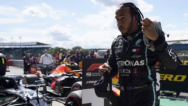 Lewis Hamilton z Mercedesu po vítězství v kvalifikaci na Velkou cenu Británie.