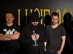 S NOVÁČKEM. Zleva Michal Dvořák, Robert Kodym, syn Davida Kollera (toho času v zahraničí) Adam, který skupinu doprovodí na bicí na turné.