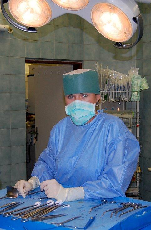 Sálová sestřička Hana při práci, samozřejmě s moderním vybavením v centrálním operačním traktu