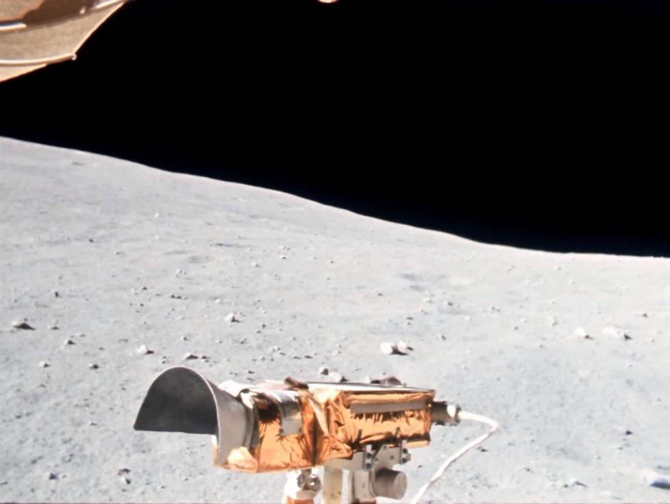 """Takhle vypadají """"zaostřené"""" záběry z měsíčního vozítka, jímž se proháněli astronauti Charlie Duke a John Young"""