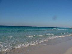 Na 60 kilometrů turisty oblíbeného Slunečného pobřeží na východě Austrálie bylo prohlášeno za oblast postiženou katastrofou poté, co jej zasáhla velká ropná skvrna.