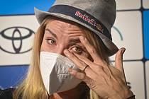 Plážová volejbalistka Markéta Nausch Sluková pláče při tiskové konferenci.