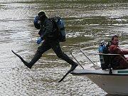 Policisté uspořádali pro děti z Dětského domova v Senožatech na Pelhřimovsku Den s Policií ČR, který se konal ve čtvrtek 27. května 2010 v Nymburce. Děti viděly například ukázku z práce poříčního oddělení včetně potápěčské akce.