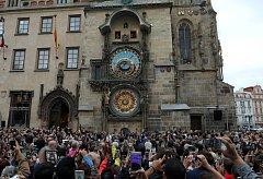 Spuštění orloje na Staroměstském náměstí