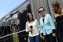 Zleva herečky Klára Issová a Hana Maciuchová a zpěvačka Aneta Langerová pokřtily 10. července v Praze autobus Kavárny Potmě, ve které obsluhují nevidomí číšníci.