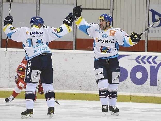Útočník Vítkovic Viktor Ujčík (vlevo) a obránce Roman Polák se radují z gólu do sítě Slavie.