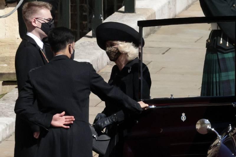 Vévodkyně Camilla přijíždí na smuteční obřad.