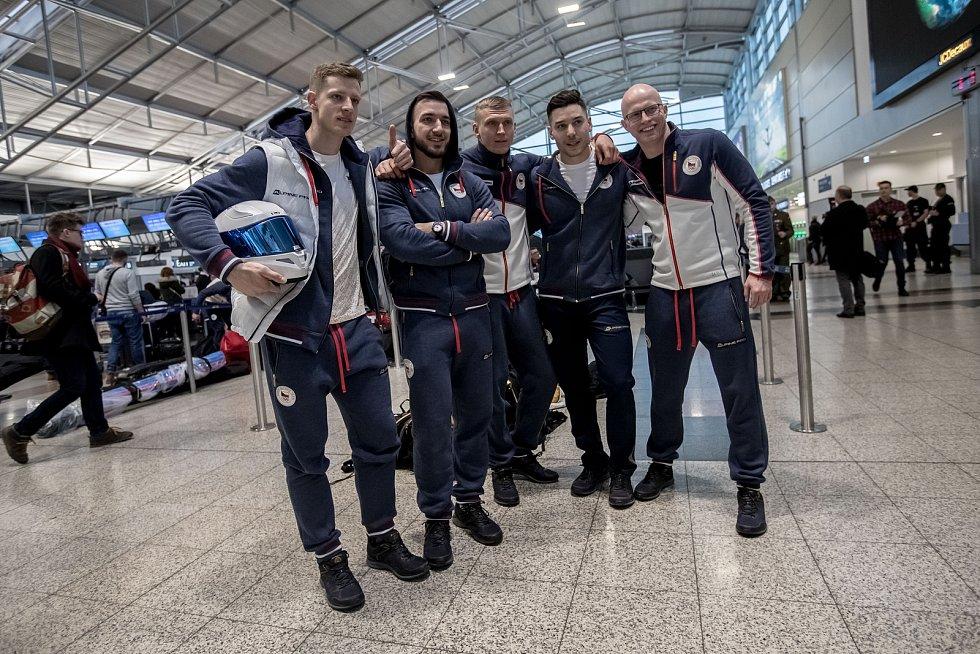 Část českých sportovců odletěla 1. února z Prahy zimní olympiádu v Jižní Koreji. Na snímku bobisté.