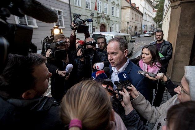 Den po parlamentních volbách, 22. října, začala povolební vyjednávání ve Sněmovně v Praze. Gazdík