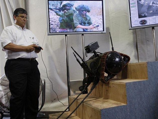 Izraelec řídí nový robot vyvinutý firmou Elbit Systems na konferenci o robotice ve městě Herzliya poblíž izraelského  Tel Avivu.