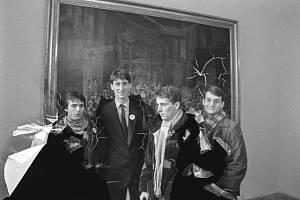 Studentští vůdci: Martin Mejstřík (vlevo), Šimon Pánek (druhý zprava) a Václav Bartuška (vpravo)