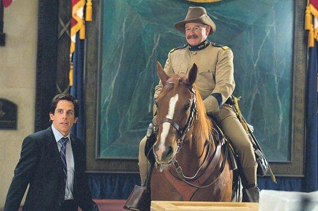 Ben Stiller a Robin Williams v pokračování Noci v muzeu, jež bylo jako první film natáčeno v komplexu obřího Smithsonian Musea ve Washingtonu.